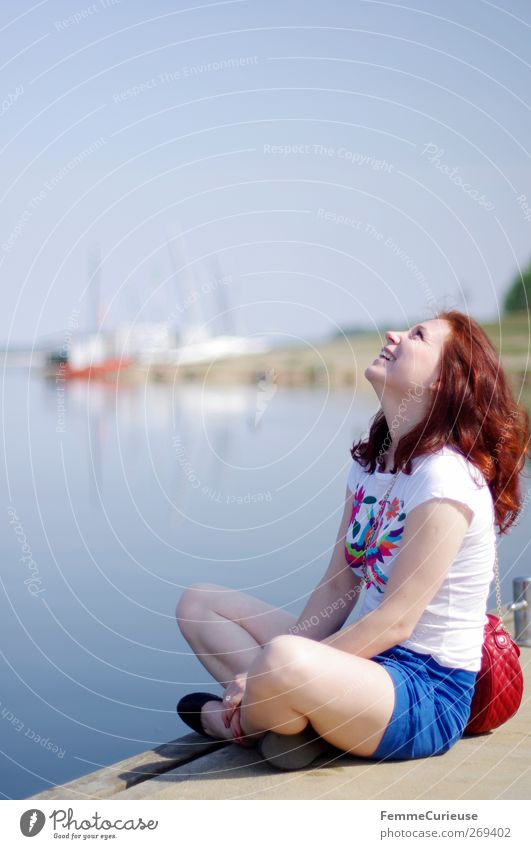 Endlich Sommer!!! Mensch Frau Jugendliche Ferien & Urlaub & Reisen schön Sonne Freude Erwachsene Ferne feminin lachen Stil See Junge Frau Freizeit & Hobby