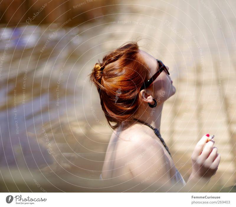 Relax! feminin Junge Frau Jugendliche Erwachsene Haut Kopf Rücken 1 Mensch 18-30 Jahre Erholung Freizeit & Hobby Zigarette Tabakwaren Rauchpause rothaarig Dutt