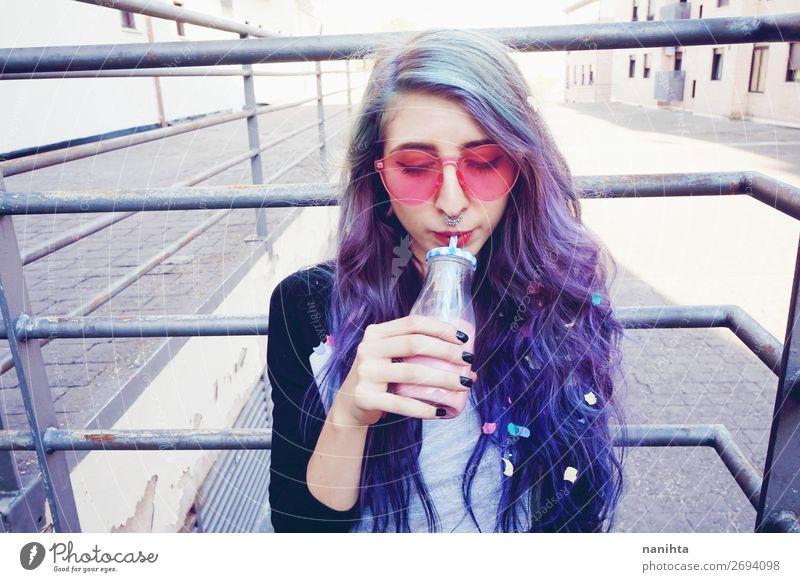 Glücklicher, schöner Teenager mit rosa Sonnenbrille Getränk trinken Erfrischungsgetränk Flasche Lifestyle Stil Sinnesorgane Sommer Mensch feminin Junge Frau
