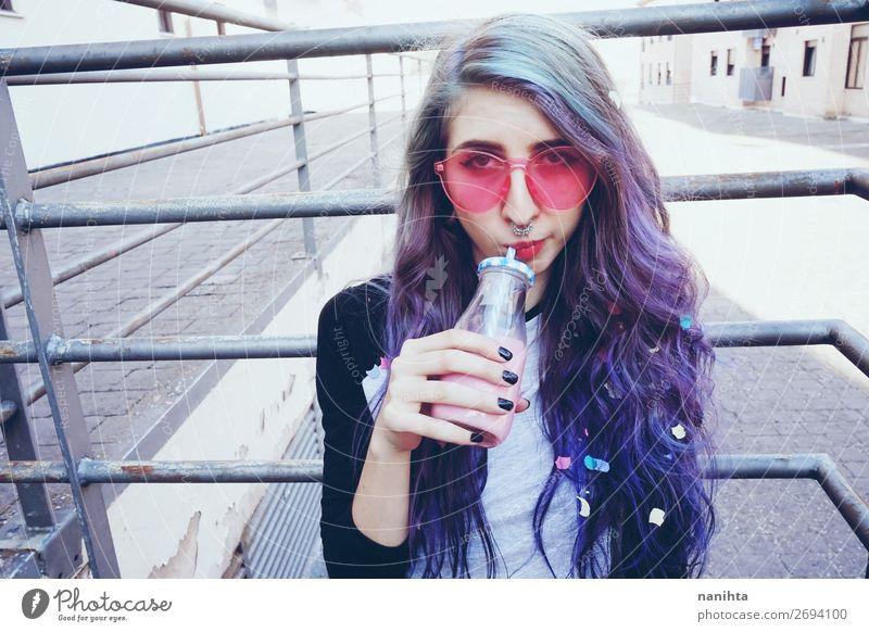 Glücklicher, schöner Teenager mit rosa Sonnenbrille Getränk Flasche Lifestyle Stil Sommer Mensch feminin Junge Frau Jugendliche Erwachsene 1 18-30 Jahre Punk