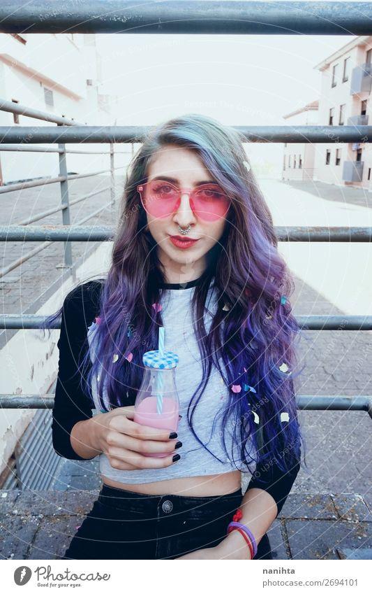 Frau Mensch Jugendliche Junge Frau Sommer Stadt Farbe schön 18-30 Jahre Lifestyle Erwachsene lustig feminin Glück Stil Mode
