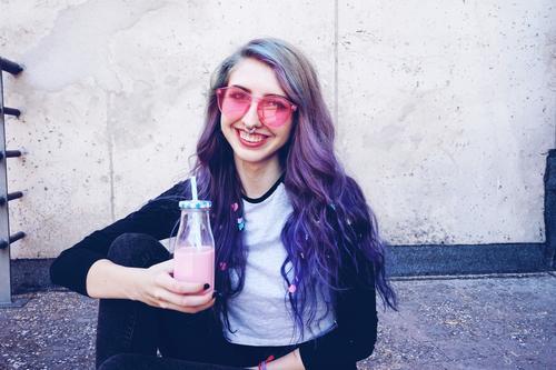 Glücklicher, schöner Teenager mit rosa Sonnenbrille Getränk Flasche Lifestyle Stil Sommer Party Feste & Feiern Mensch feminin Junge Frau Jugendliche Erwachsene
