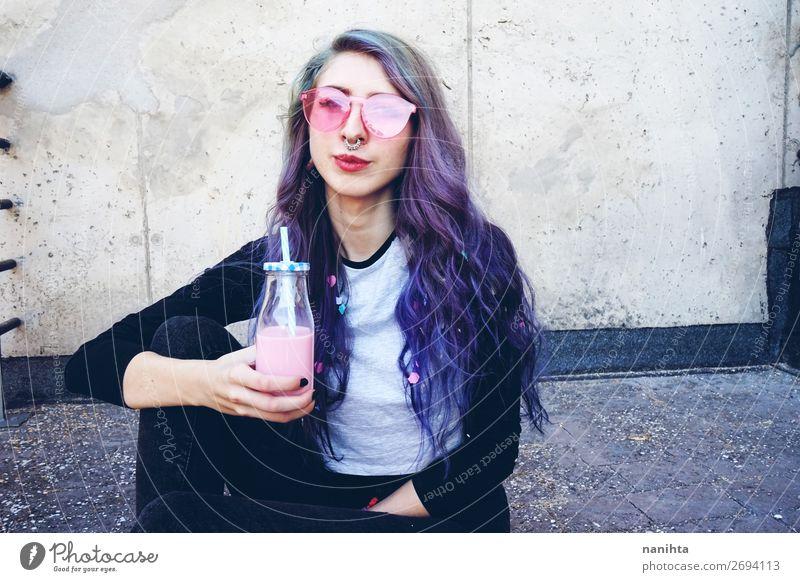 Glücklicher, schöner Teenager mit rosa Sonnenbrille Getränk Flasche Lifestyle Stil Sommer Frau Erwachsene Jugendliche Jugendkultur Mode Piercing Brille