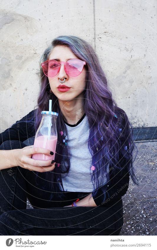 Glücklicher, schöner Teenager mit rosa Sonnenbrille Getränk Flasche Lifestyle Stil Sommer Mensch feminin Junge Frau Jugendliche Erwachsene 1 13-18 Jahre Punk