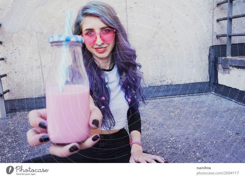 Glücklicher, schöner Teenager mit rosa Sonnenbrille Getränk Flasche Lifestyle Stil Sommer Party Mensch feminin Junge Frau Jugendliche Erwachsene 1 18-30 Jahre