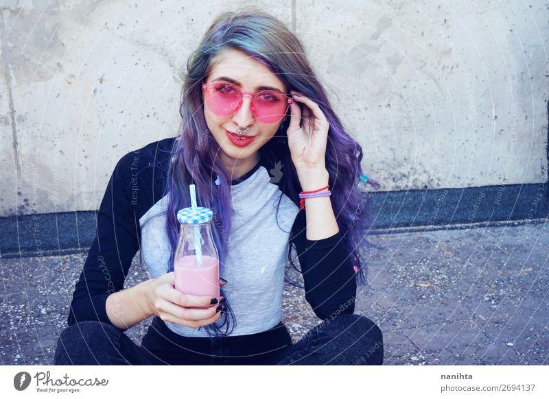 Glücklicher, schöner Teenager mit rosa Sonnenbrille Ernährung Frühstück Getränk trinken Erfrischungsgetränk Flasche Lifestyle Stil Sommer Mensch feminin