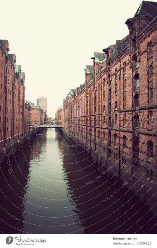 Speicherstadt HH Hamburg Bundesadler Europa Stadt Hafenstadt Menschenleer Architektur dunkel Kanal Wasseroberfläche Wasserstraße Hansestadt Brücke