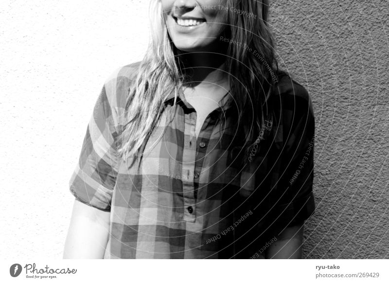 halb halb Mensch Jugendliche schön Erwachsene feminin Wand Glück lachen Stimmung Beleuchtung blond Junge Frau 18-30 Jahre Fröhlichkeit Coolness Zähne