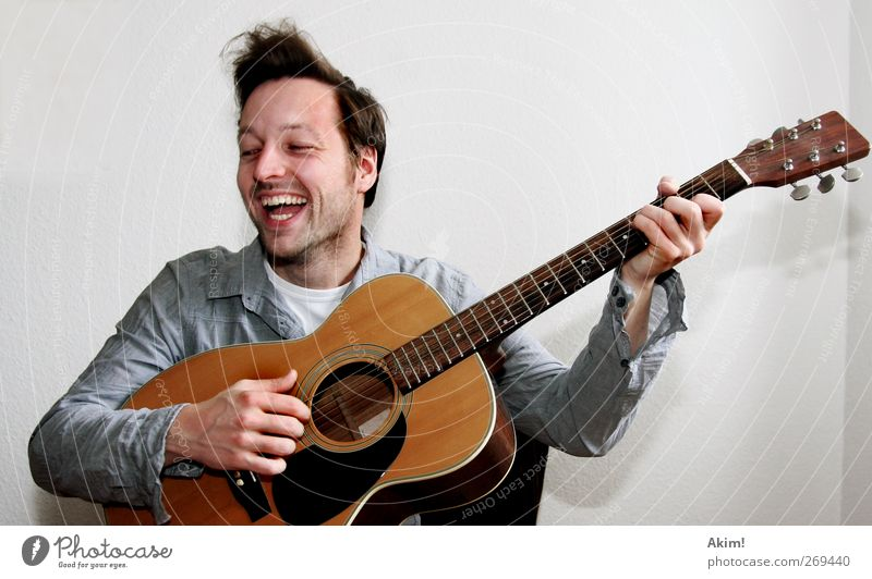 Spiel Spaß Gitarre Mensch Jugendliche Sommer Freude Erwachsene Leben Spielen Freiheit Glück Musik Feste & Feiern Freizeit & Hobby Geburtstag maskulin
