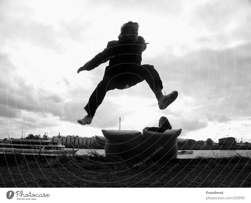 Sofasurfers Mensch Himmel Wasser Wolken springen Wasserfahrzeug Aktion Sofa Lebensfreude Publikum Monochrom