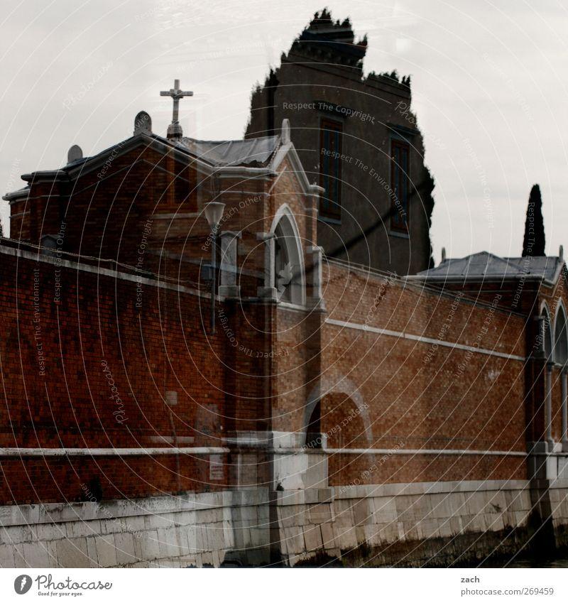 St. Michell Baum Zypresse Venedig St. Michele Italien Haus Kirche Architektur Friedhof Kapelle Mauer Wand Fassade Fenster Tor Zeichen Kreuz bedrohlich dunkel