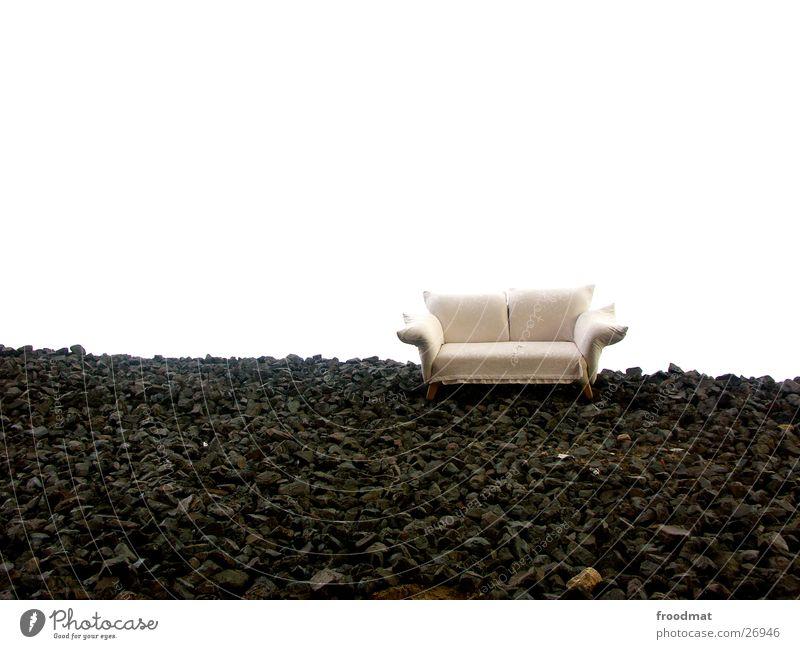 weisses Sofa auf schwarzem Stein alt grün schön Pflanze gelb Erholung Gras Blüte lustig Innenarchitektur Hintergrundbild Feld dreckig sitzen schlafen