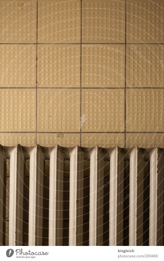 maroder Charme Energiewirtschaft Energiekrise Heizkörper Mauer Wand Fliesen u. Kacheln Metall braun gelb Verfall verfallen alt Farbfoto Gedeckte Farben