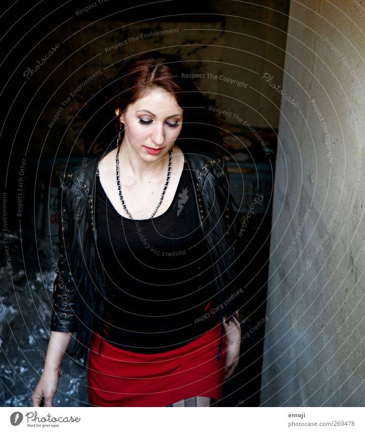 her way feminin Junge Frau Jugendliche 1 Mensch Mode rot schwarz Kontrast Rock rockig Rock 'n' Roll selbstbewußt Farbfoto Außenaufnahme Textfreiraum rechts Tag