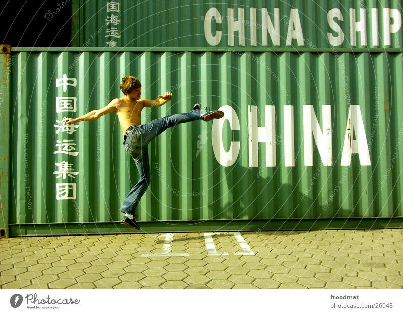 China #1 Bewegung springen Aktion Jeanshose Hafen Schönes Wetter gefroren China Typographie Container Kampfsport Sonntag Karate Kick Fußtritt Extremsport