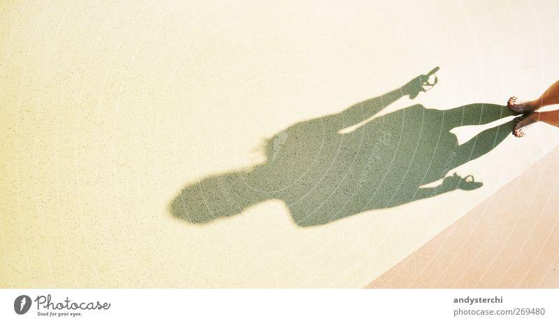 DJ Shadow feminin Beine Fuß 1 Mensch 18-30 Jahre Jugendliche Erwachsene Flipflops stehen frei Fröhlichkeit Wärme gelb Freude Barfuß Schatten Bodenbelag