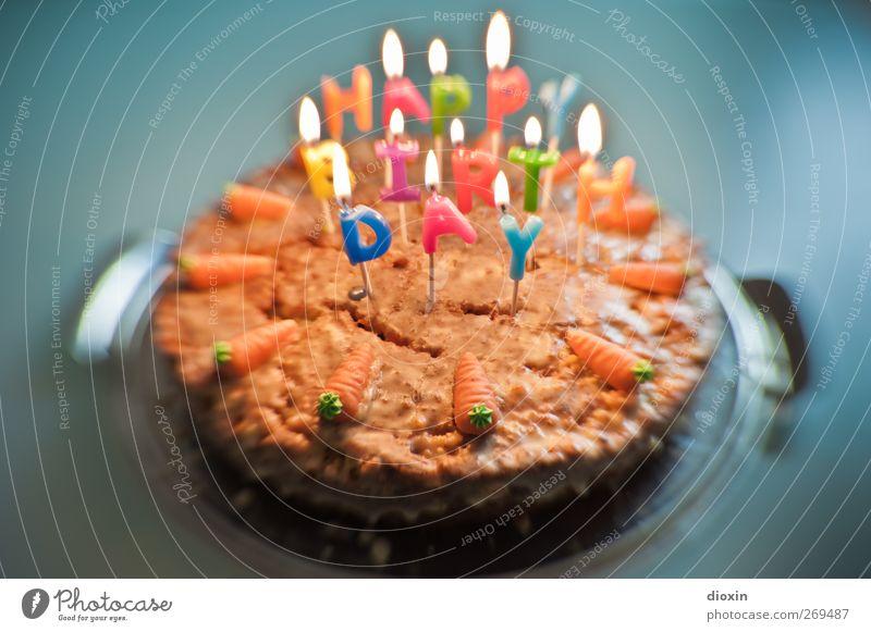 , zabalotta! Lebensmittel Kuchen Möhre möhrenkuchen Marzipan Dessert Geburtstagstorte Ernährung Kerze Kerzenschein Kerzenflamme leuchten lecker süß Lebensfreude