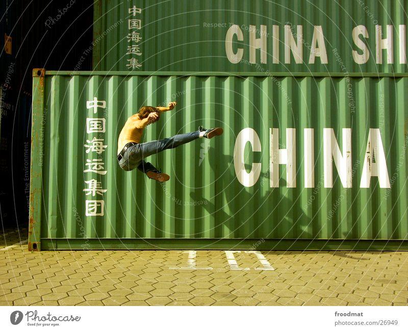 China #2 Bewegung springen Aktion Jeanshose Hafen Schönes Wetter gefroren Typographie Container Kampfsport Sonntag Karate Kick Fußtritt Extremsport