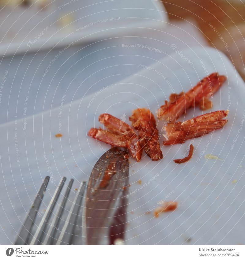 Ich hab fertig Lebensmittel Fisch Meeresfrüchte Garnelen Schwanz Müll Rest Essensrest Ernährung Abendessen Amerika Geschirr Teller Besteck Messer Gabel liegen