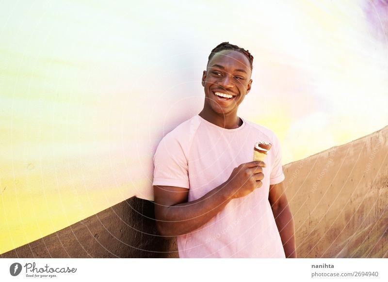 Mensch Jugendliche Mann Sommer Farbe Junger Mann Freude schwarz Gesundheit 18-30 Jahre Lebensmittel Essen Lifestyle Erwachsene lustig