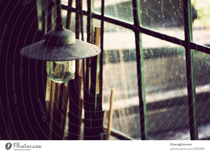 Meister Eders Werkstatt Fenster Lampe Lampenschirm Hängelampe werkstattlampe Glas Metall alt dreckig dunkel Holzbrett Farbfoto Gedeckte Farben Innenaufnahme
