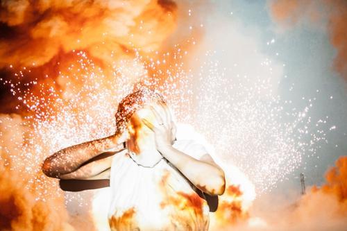 burnout Mensch 1 leuchten schreien bedrohlich Schmerz Erschöpfung Angst Entsetzen Todesangst Stress anstrengen chaotisch Desaster Schwäche Verzweiflung Brand