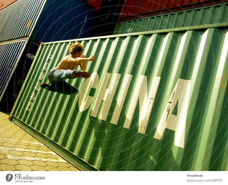 China #3 Bewegung springen verrückt Aktion Jeanshose Hafen Schönes Wetter gefroren Typographie Container Kampfsport Sonntag Karate Kick Fußtritt
