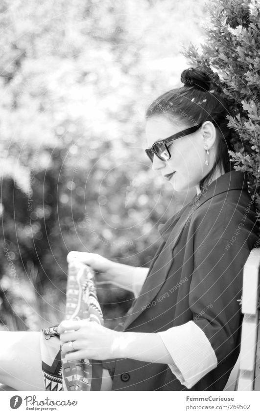 EN VOGUE. Mensch Frau Jugendliche schön Erwachsene feminin Kopf Garten Stil Mode Park Junge Frau elegant 18-30 Jahre ästhetisch Lifestyle