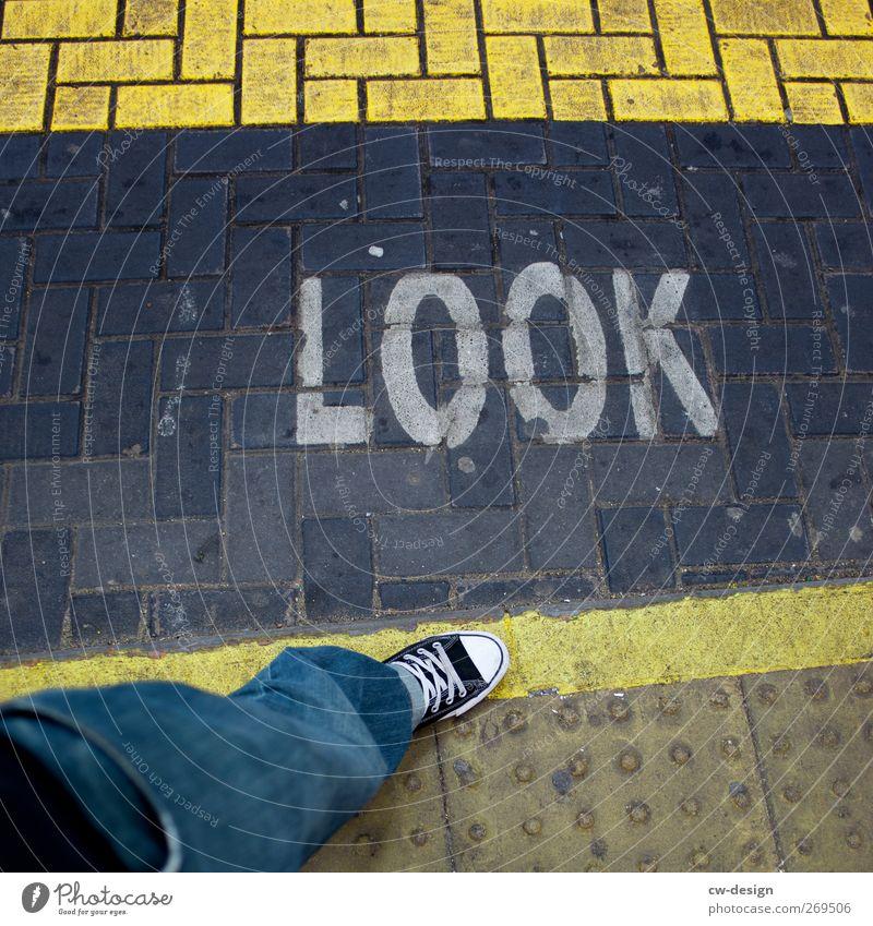 LOOK Mensch Mann Jugendliche Stadt Erwachsene Leben Architektur Stil Junger Mann Beine Fuß 18-30 Jahre Schuhe Freizeit & Hobby maskulin Schilder & Markierungen