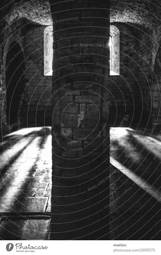 Gegenlicht Haus Kirche Architektur Mauer Wand Fenster alt dunkel Säule Kloster Torbogen Gotik Schwarzweißfoto Innenaufnahme Muster Textfreiraum links
