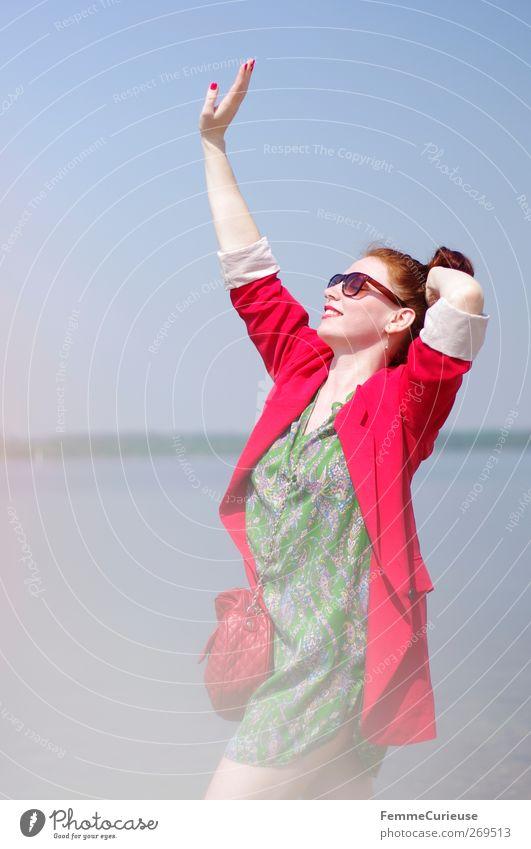 Put your hands up in the air! Mensch Frau Jugendliche grün schön rot Sonne Freude Strand Erwachsene feminin Wärme Junge Frau See Stil 18-30 Jahre