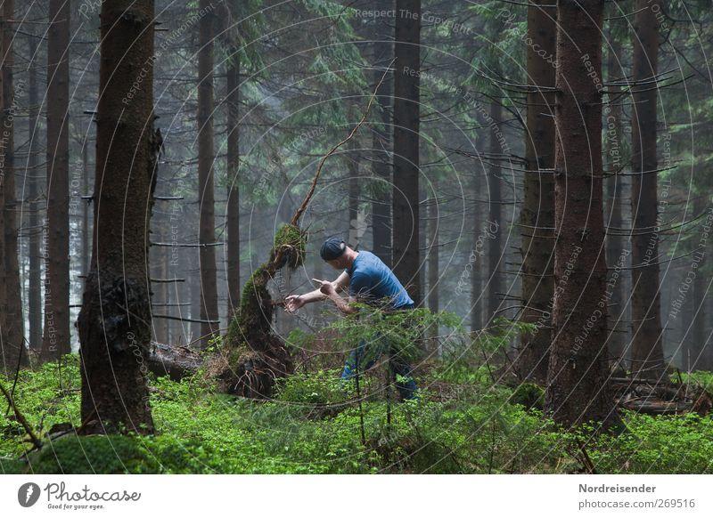 Zwielichtige Gestalten Lifestyle Zeitmaschine Mensch maskulin Schauspieler Nebel Wald Mütze Zeichen berühren sprechen Konflikt & Streit Traurigkeit Ehrlichkeit