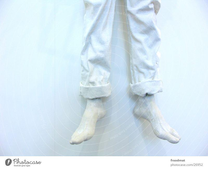 kalte Füsse weiß Farbe Wand Beine hell Fuß Kunst Falte obskur hängen Skulptur hart bewegungslos aufhängen einfarbig