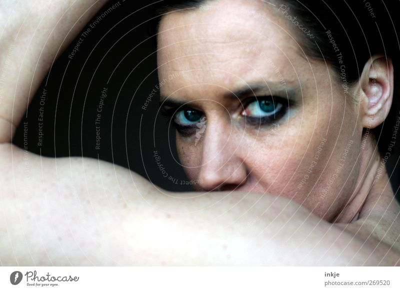 Frauenpower (ohne Spaß) ! Stil Körper Schminke Wimperntusche Smokey eyes Fitness Sport-Training Sportler Erwachsene Leben Auge Muskulatur Frauengesicht 1 Mensch