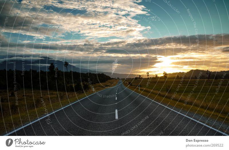 Immer noch unterwegs Straße Roadtrip Ferien & Urlaub & Reisen Reisefotografie Sonnenuntergang Abend Himmel