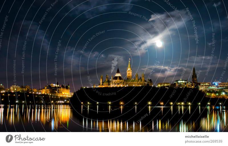 blau Stadt Farbe Wolken Architektur Uhr Hügel Fahne Frieden Burg oder Schloss Skyline Textfreiraum Kanada Politik & Staat glühen Ahornblatt