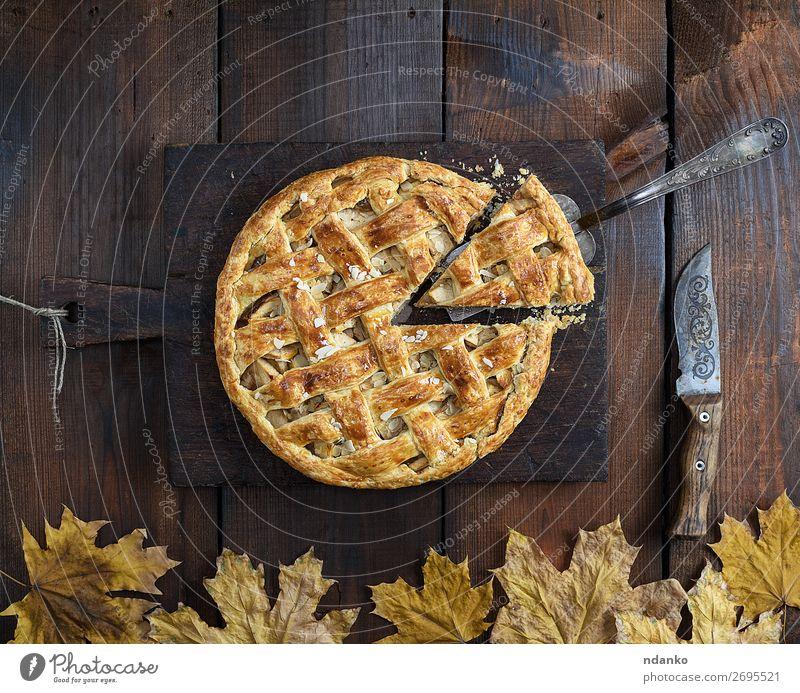 gebackene ganze runde Apfelkuchen Frucht Kuchen Dessert Ernährung Mittagessen Abendessen Messer Tisch Küche Herbst Holz frisch lecker oben braun weiß Tradition