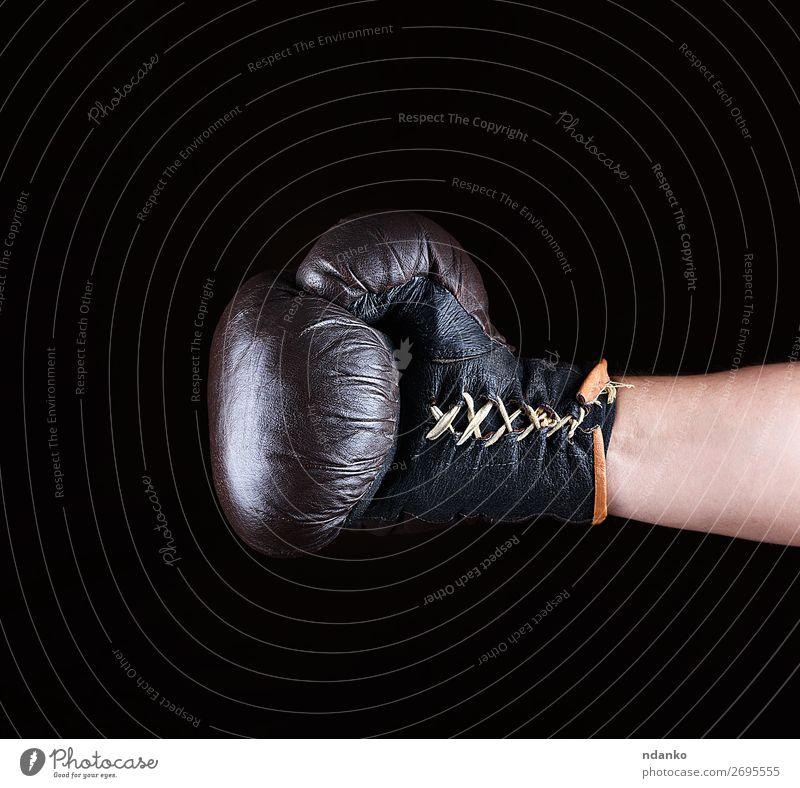 brauner Boxhandschuh angezogen auf der Männerhand Lifestyle Fitness Sport Erfolg Hand 1 Mensch 30-45 Jahre Erwachsene Leder Handschuhe alt kämpfen dreckig