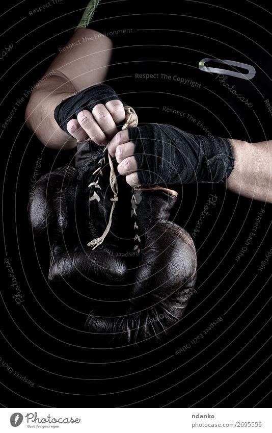 Paar sehr alte Boxhandschuhe in Männerhänden Lifestyle Körper Sport Leichtathletik Erfolg Mann Erwachsene Hand 1 Mensch 30-45 Jahre Leder Handschuhe Fitness