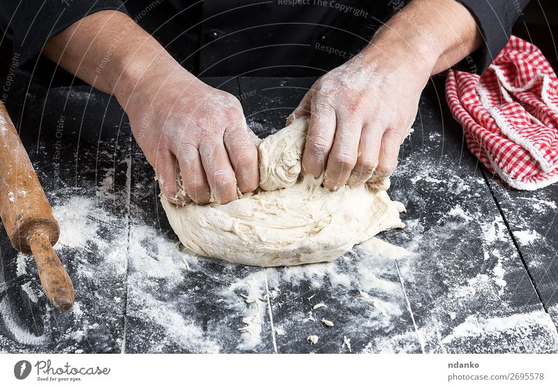Kochknetungen Weißweizenmehlteig Teigwaren Backwaren Brot Ernährung Tisch Küche Mann Erwachsene Hand Holz machen schwarz weiß Tradition backen Bäcker Bäckerei
