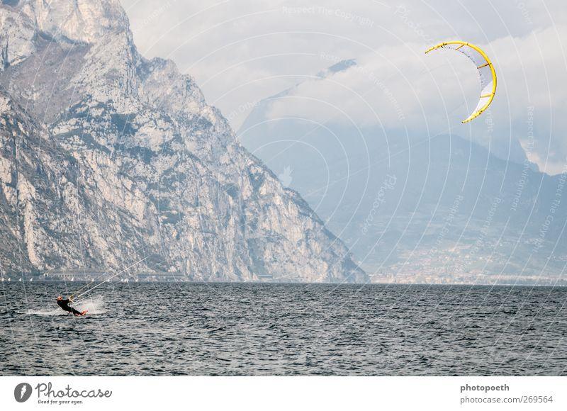 Kitesurfer, Gardasee Wellen Berge u. Gebirge Sport Wassersport Sportler Natur Horizont Felsen Alpen Seeufer Bewegung sportlich Geschwindigkeit blau braun Kiting