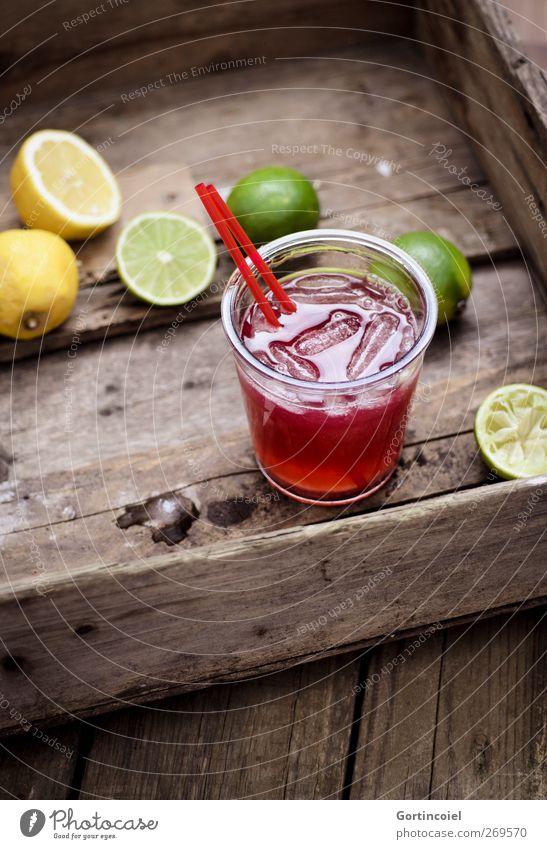 Cocktail Lebensmittel Frucht Getränk Erfrischungsgetränk Longdrink Glas Trinkhalm lecker Zitrone Limone Eiswürfel Holztisch Foodfotografie sommerlich