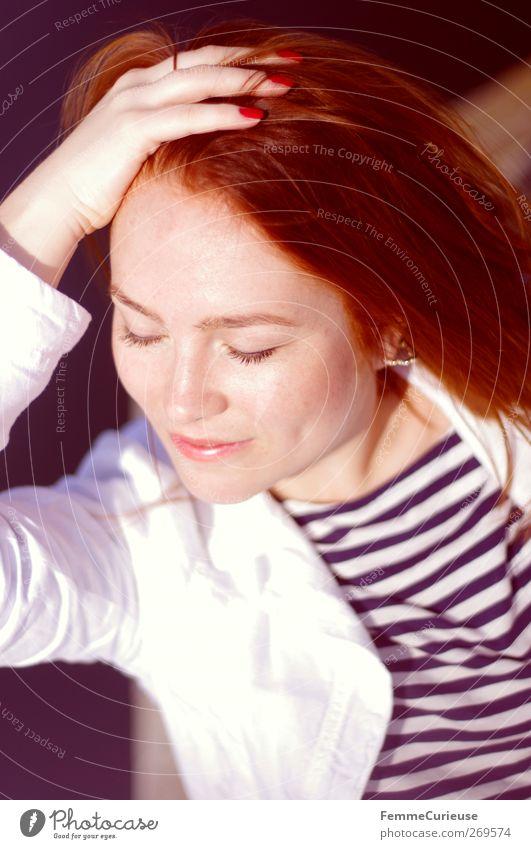 Sonnenanbeterin. Mensch Frau Jugendliche Hand Ferien & Urlaub & Reisen Sommer Erwachsene Gesicht Erholung feminin Wärme Haare & Frisuren Kopf Stil träumen