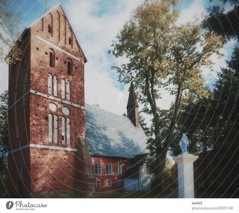 Bild und Abbild Himmel Wolken Baum Polen Dorf Kirche Glaube demütig Religion & Glaube Statue Maria Katholizismus Kirchturm Farbfoto Gedeckte Farben Menschenleer