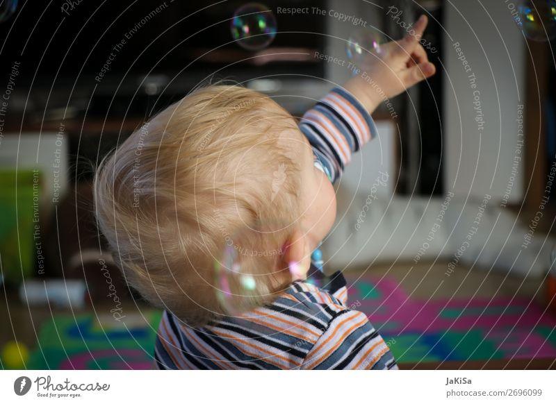 Kid playing with bubbels Spielen Kinderspiel Seifenblase Wohnzimmer Kleinkind Kindheit Leben Kopf Hand 1 Mensch 1-3 Jahre beobachten berühren fangen blond