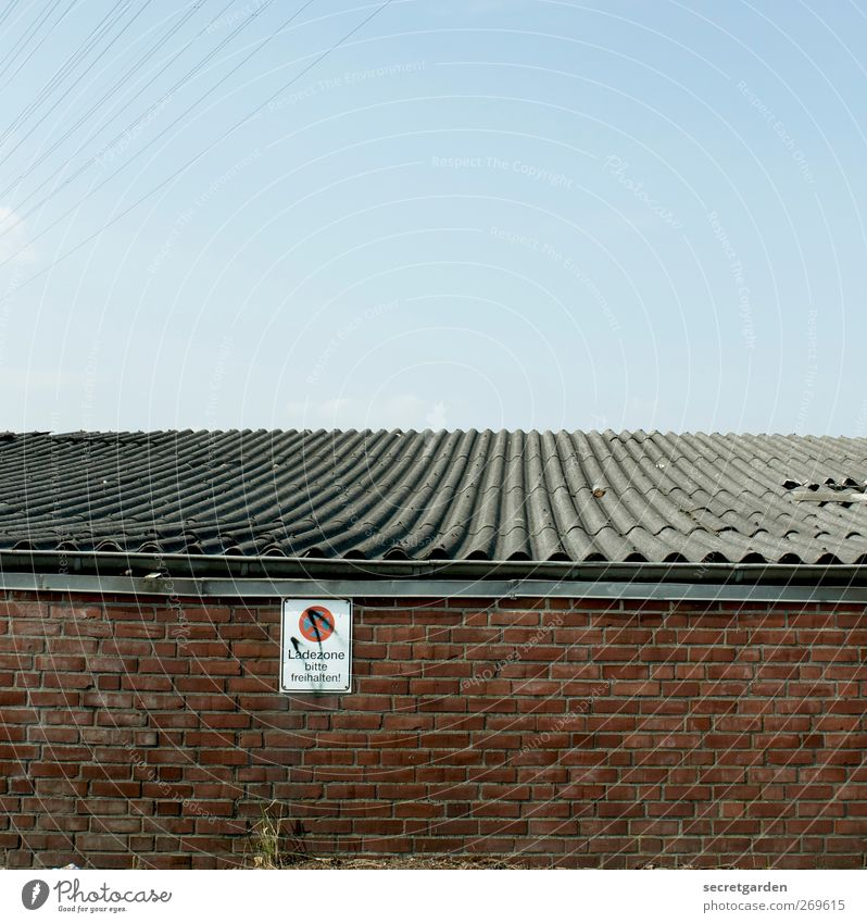 parkverbot. blau rot Sommer Haus Graffiti Wand Architektur Mauer Gebäude Linie Fassade Schilder & Markierungen Verkehr Elektrizität Dach Hinweisschild