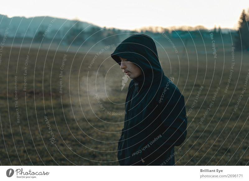 Ein Hauch Mensch Natur Jugendliche Erholung Einsamkeit Winter Lifestyle Herbst kalt Sport Denken maskulin 13-18 Jahre Nebel Feld authentisch