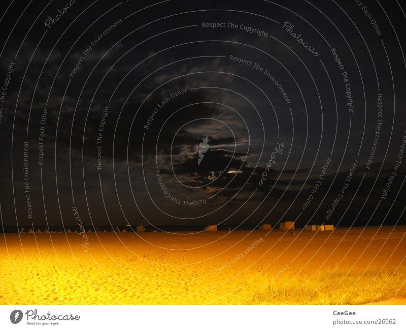 Nacht am Strand Wasser Himmel Meer schwarz Wolken gelb dunkel Sand Beleuchtung Mond
