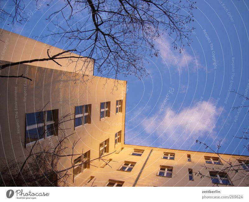 Steil nach oben fotografieren Stadt Hauptstadt Stadtzentrum Skyline Haus Bauwerk Gebäude Architektur Mauer Wand Fassade Fenster alt schön Wohnhaus Stadthaus