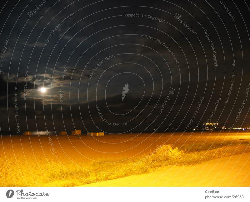 Nacht am Strand 3 Wasser Himmel Meer schwarz Wolken gelb dunkel Sand Beleuchtung Mond